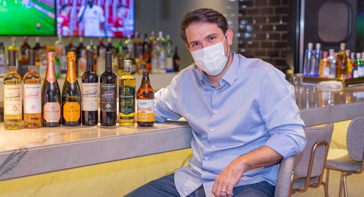 Empresário do Coco Bambu mostra novo bar da casa