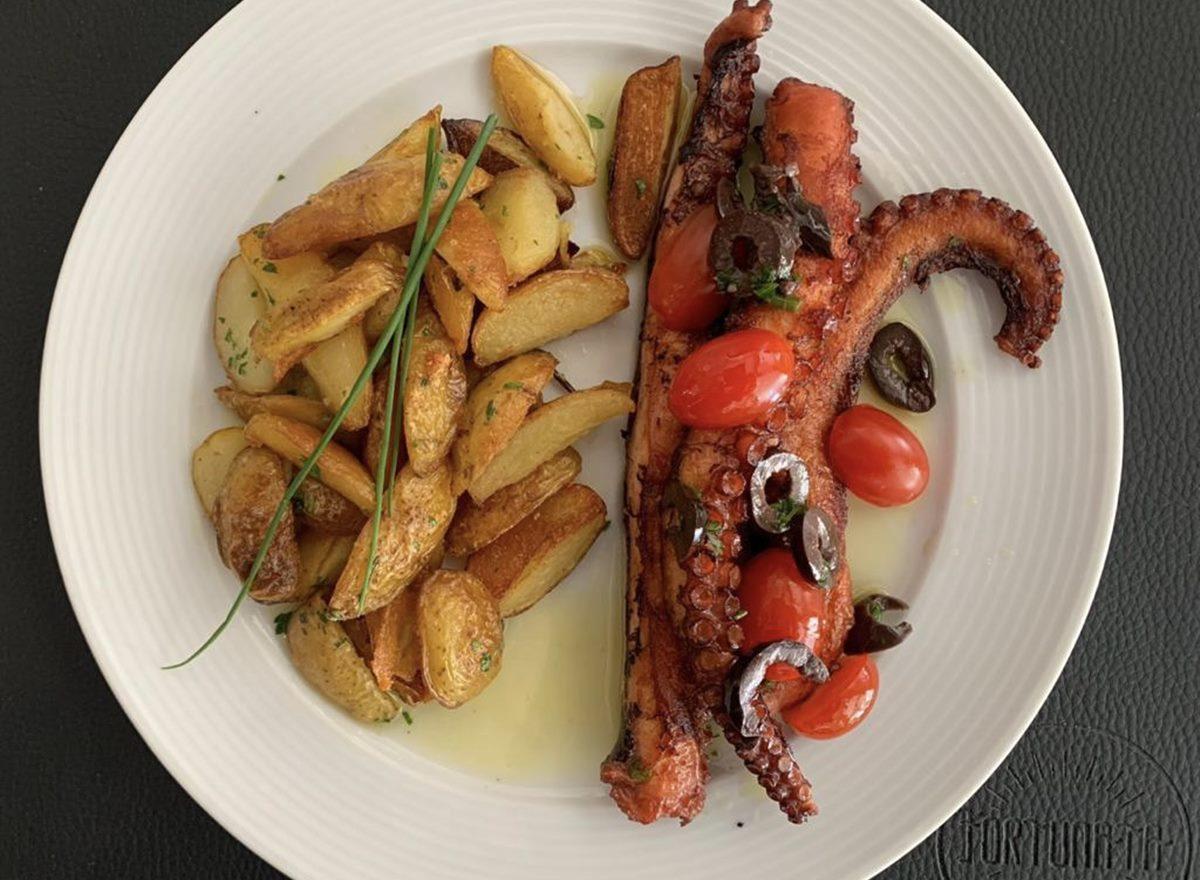 Polvo grelhado refogado ao molho de azeite, tomatinhos cereja e azeitonas, acompanhado de batatas ao forno com sálvia e alecrim do restaurante Restautant Week