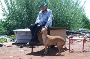 Aurino Costa da Silva e seu cachorro Leão, na Asa Norte.