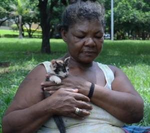 Guilhermina Maria da Conceição e a sua gata Nina, na Asa Norte.