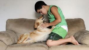 Antes da chegada da cadelinha Mel, Erick, que é autista, tinha dificuldades de relacionamento: hoje, está mais carinhoso e tranquilo.Foto Zuleika de Souza/CB/DA Press