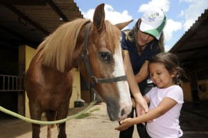 Mariana Borges durante aula de equoterapia:mais interação social. Foto Zuleika de Souza/CB/DA Press