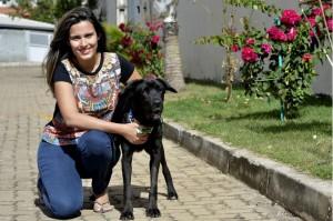 Maiara de Oliveira com o cão Thor, ele está em tratamento contra a cinomose.