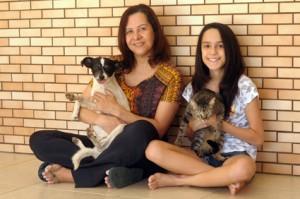 Foto: Antonio Cunha/@cbfotografia. A gata Tina e a cachorra Felícia, ambas adotadas do Projeto Adoção São Francisco.
