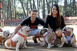 Rafael Mota e Manoela Tavares com seus cães.