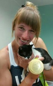 Medalhista Tessa dando carinho aos animais (Reprodução/Oito Vidas)