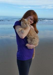Tigger e Adriene em uma de suas aventuras na praia (Foto/Tigger's Story- The 21 yr. Old Cat & His Bucket List)