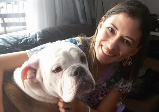 Foto de um cão sendo abraçado por sua médica no dia do veterinário