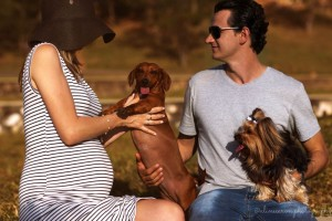 foto do casal Daniela e o marido que realizaram um ensaio fotográfico da família completa, ou seja, com as cadelinhas Júlia e Cindy.Animais da casa.