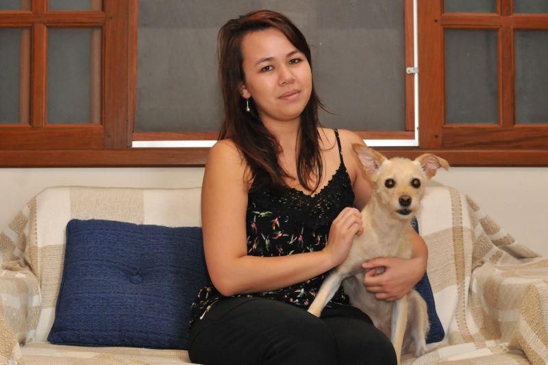 a foto mostra uma jovem com sua cachorrinha para ilustrar a matéria de saúde