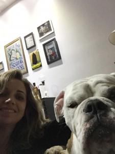 Foto do cão Bonno com Cristine Gentil
