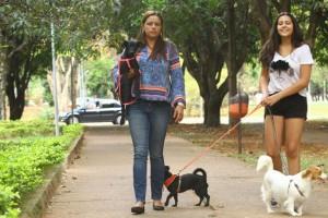 Imagem mostra Paola e  Ana Paula de Vasconcelos que resgatam e cuidam de nove animais .Dia nacional de adotar um animal
