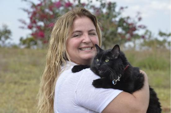 abandono de animais: a imagem mostra Daniella Nardelli, fundadora do Projeto de adoção São Francisco.
