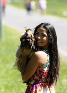 Adotar um animal: Foto mostra tutora com cãozinho adotado.