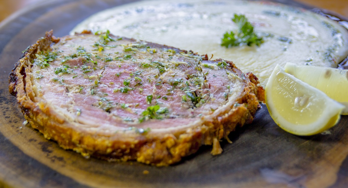 Porchetta com polenta de receita secreta do Luiz Trigo no Le Birosque