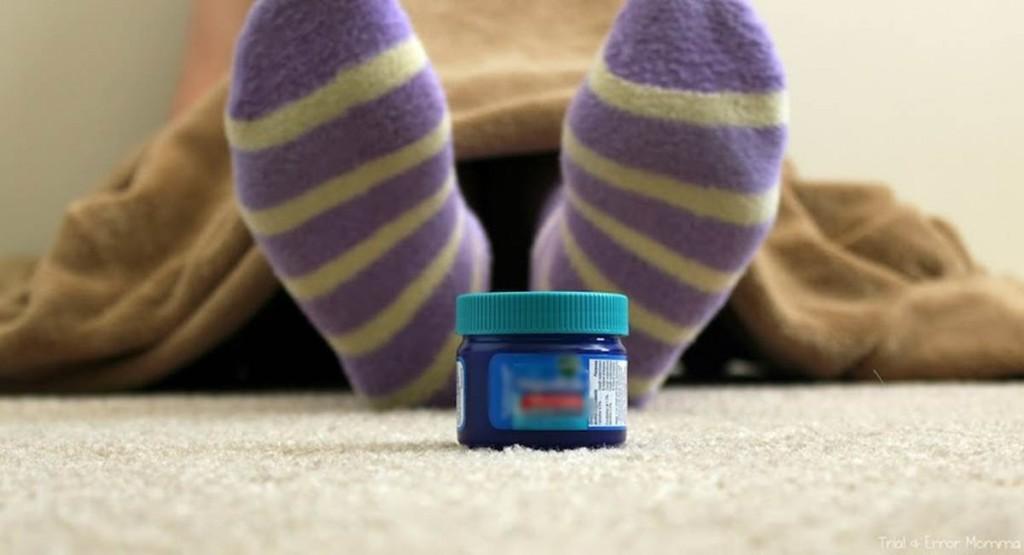 Dormir de meia com os pés lambuzados de pomada é simpatia contra a gripe