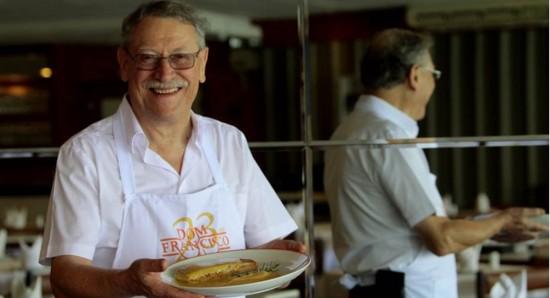 Foto: Ana Rayssa/Esp. CB/D.A Press. O chef Francisco Ansiliero dá atenção aos comensais que vão a seus restaurantes