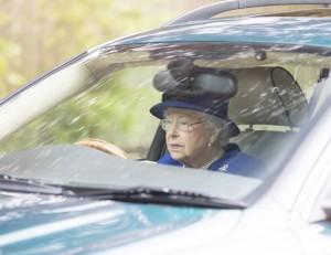 Rainha Elizabeth é flagrada dirigindo o próprio carro