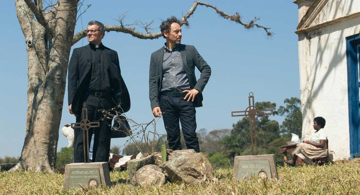 Padre Miguel (Marcelo Airoldi), Carlo (Emílio de Mello) e Adalgisa (Ju Colombo) na terceira temporada de Psi, da HBO