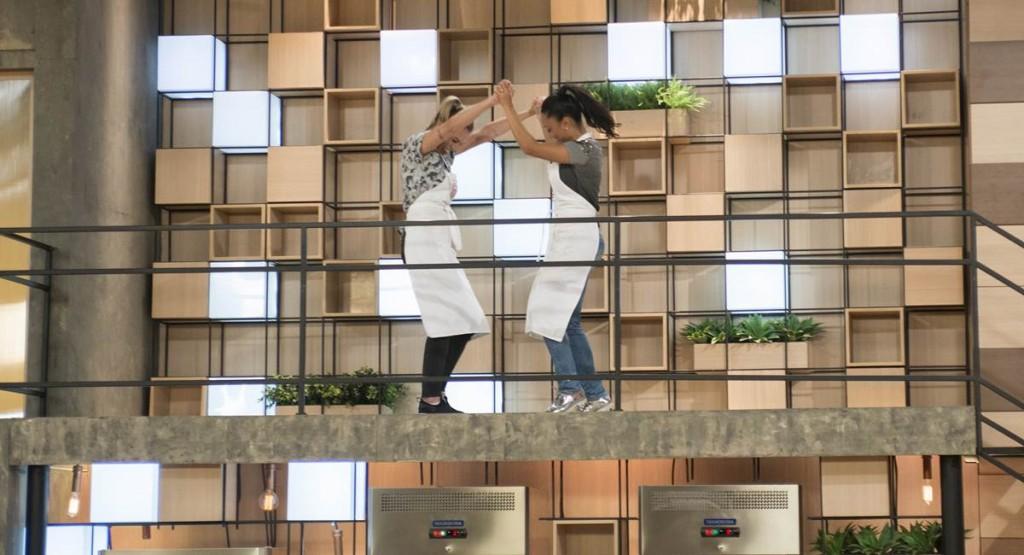 Deborah e Michele comemoram a classificação para a final do MasterChef