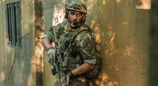 Juan Pablo Raba em cena da série Six -- Esquadrão antiterrorista