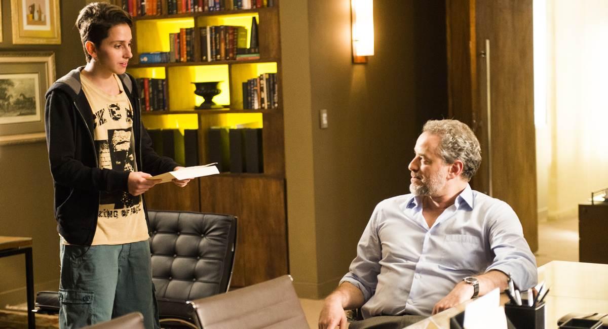 Ivan ( Carol Duarte ) pega a certidão com Eugenio ( Dan Stulbach ) em cena da novela A Força do Querer.