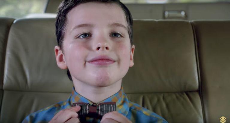 Iain Armitage na pele de Sheldon Cooper, na série Young Sheldon