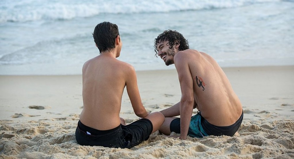Já operado, Ivan vai à praia com Cláudio