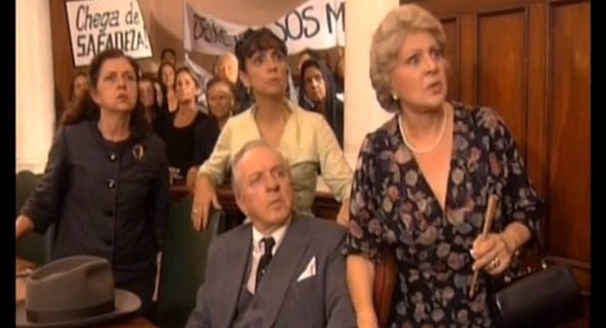 Cena da minissérie Hilda Furacão, com Eva Todor