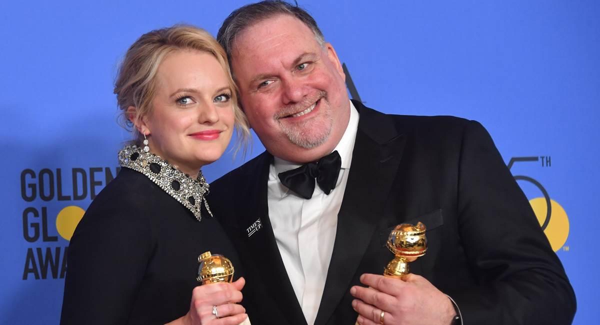 Crédito: Frederic J. BROWN/AFP. Elisabeth Moss, protagonista da série, e o produtor Bruce Miller na 75ª edição do Emmy