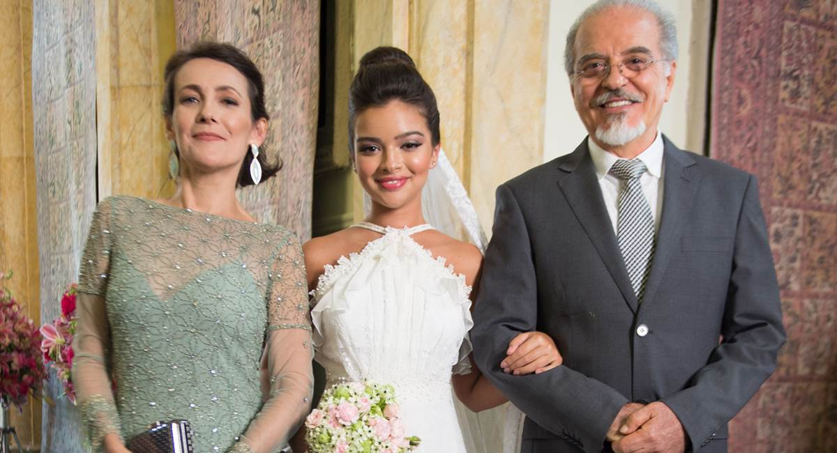 Casamento Melissa (Gabriela Mustafa) com os pais Raul (Genézio de Barros) e Isabel (Ana Barroso). Crédito: Estevam Avellar/Divulgação