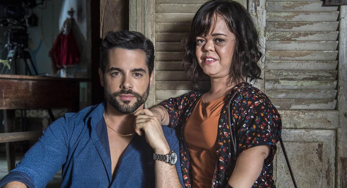 Estela (Juliana Caldas) e  Amaro (Pedro Carvalho). Crédito: Globo/Estevam Avellar