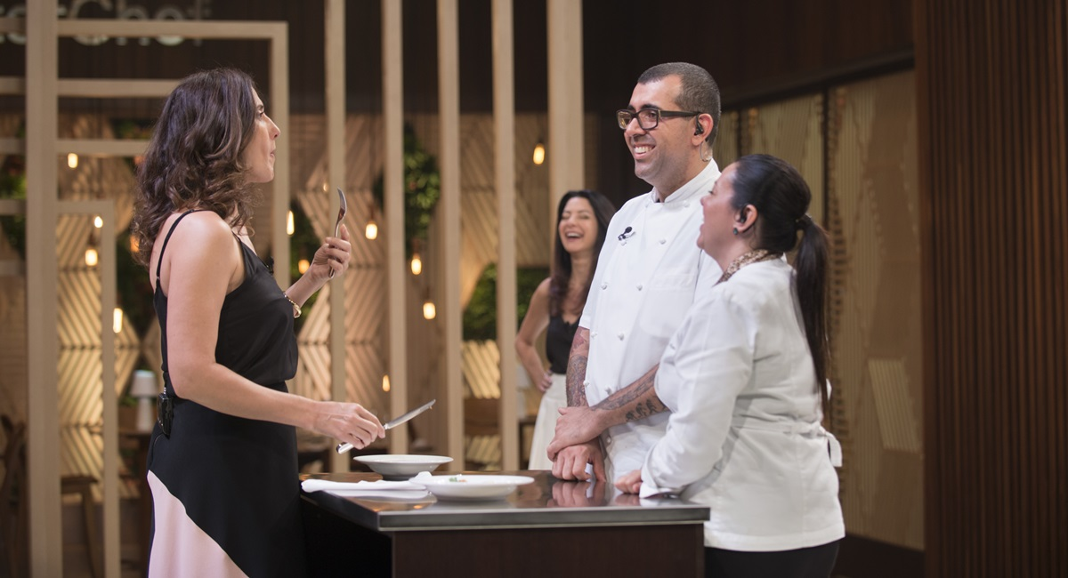 Paola Carosella brinca de avaliar o prato de Jeferson e Janaína Rueda no MasterChef