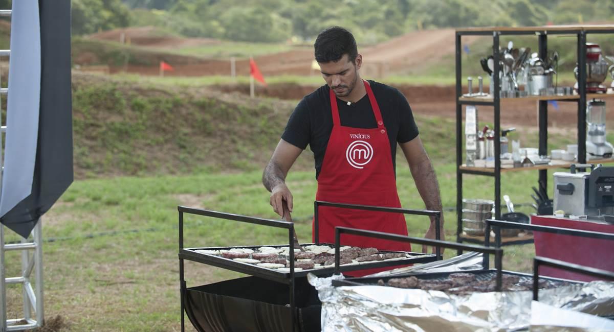 Vinícius comandou a grelha na hora de preparar os hambúrgueres da equipe dele