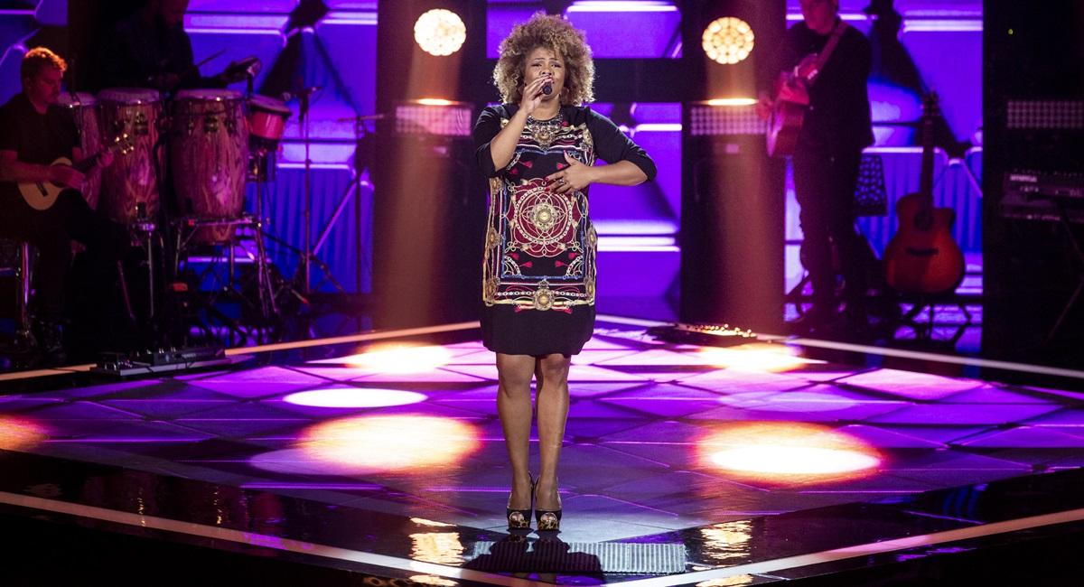 Cantora Rosana Brown se apresenta no The voice