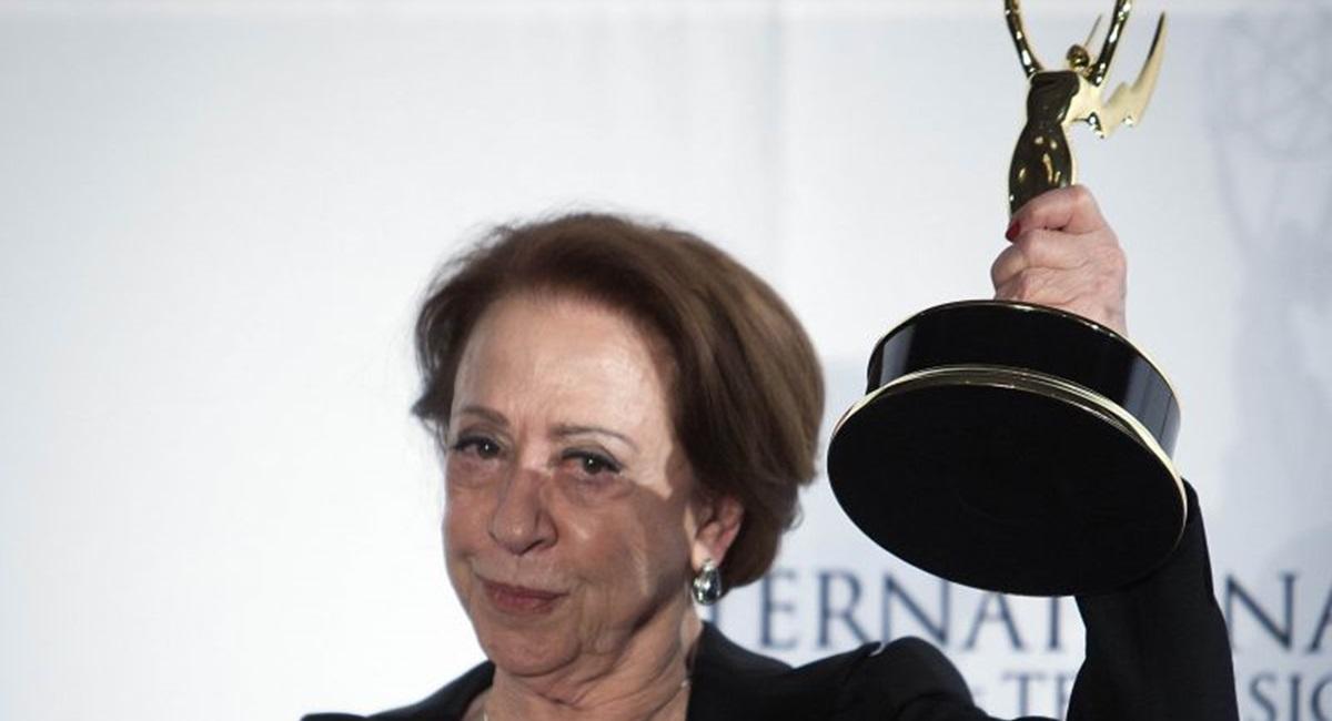Fernanda Montenegro com o Emmy, ganho por Doce de mãe