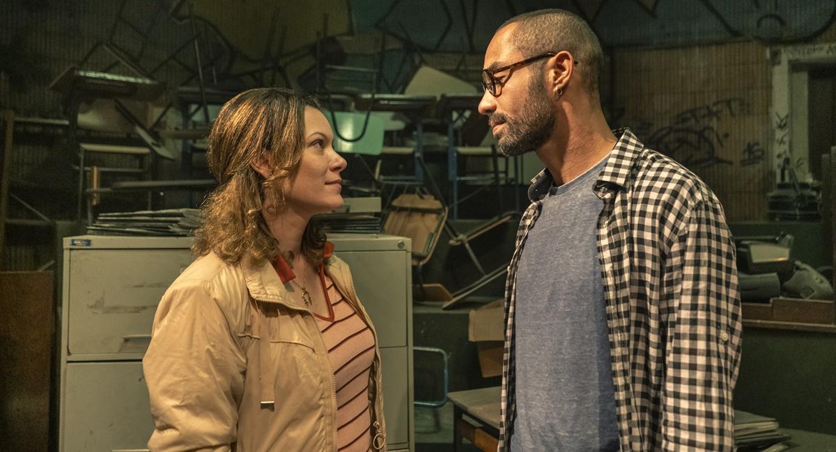 Hermila Guedes e Silvio Guindane em cena da série Segunda chamada, na qual interpretam os professores Sonia e Marcos André