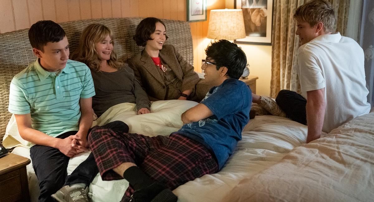 Cena da terceira temporada da série Atypical com os personagens sentados numa cama conversando