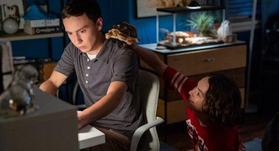 Sam e Casey brincam com um jabuti em cena da terceira temporada de Atypical