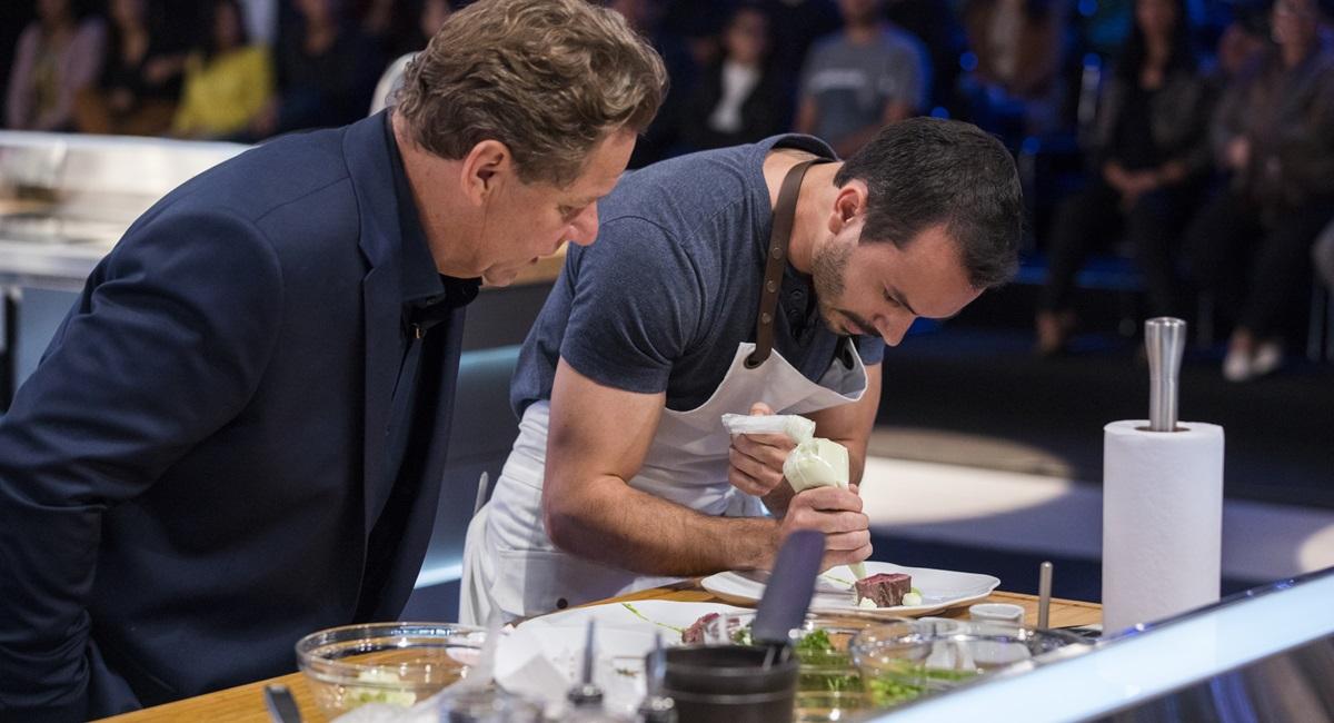 Claude Troisgros observa Lui Veronese cozinhando no Mestre do sabor