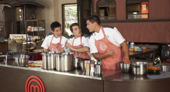 O time vermelho troca ideia antes de servir o menu da primeira prova do dia no MasterChef - A revanche