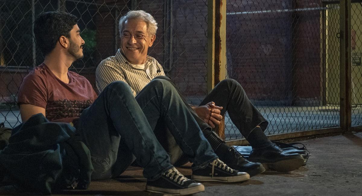 Leonardo Bittencourt e Paulo Gorgulho em cena de Segunda chamada em que Leo e Jaci conversam sentados numa quadra de esportes