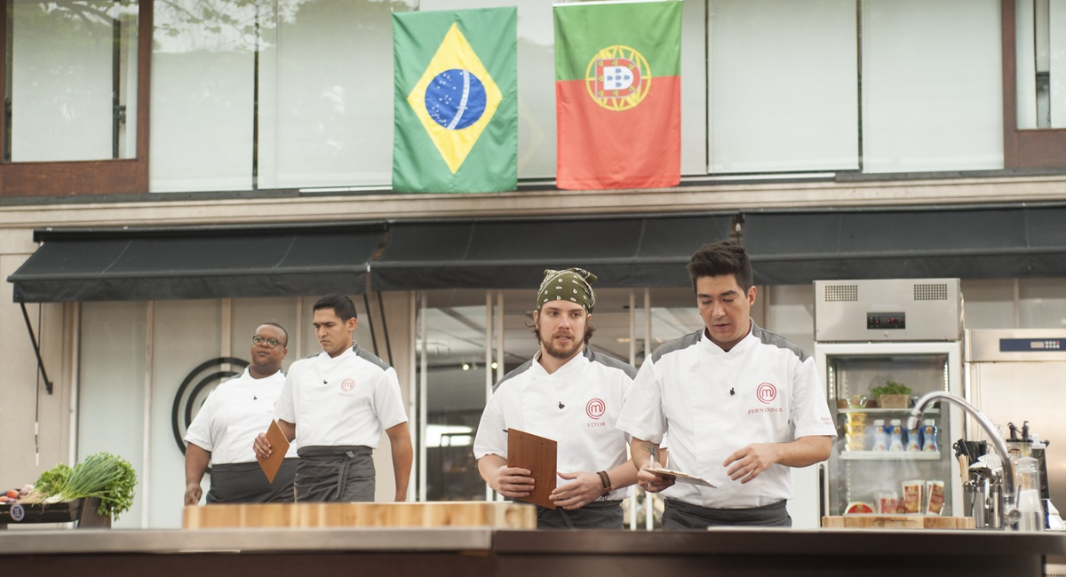 Em duplas, Estéfano e Thiago e Vitor e Fernando preparam um menu luso-brasileiro