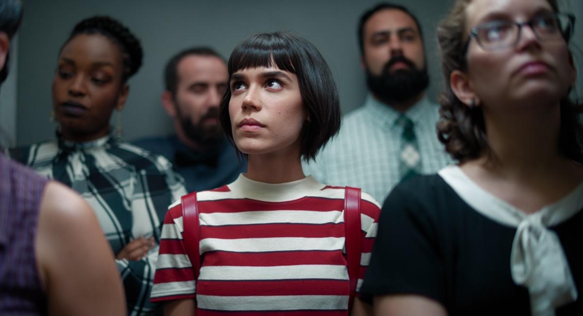 Cena da série Onisciente, da Netflix. A protagonista Nina está num elevador cercada de gente