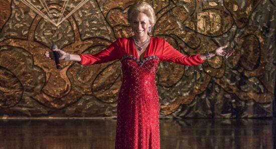Andrea Beltrão em cena da minissérie Hebe