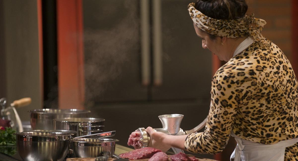 Jordana cozinha hambúrguer no MasterChef