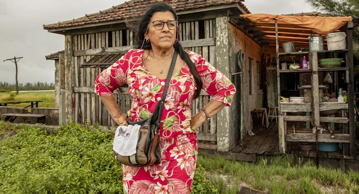 Regina Casé como Lurdes na novela Amor de mãe