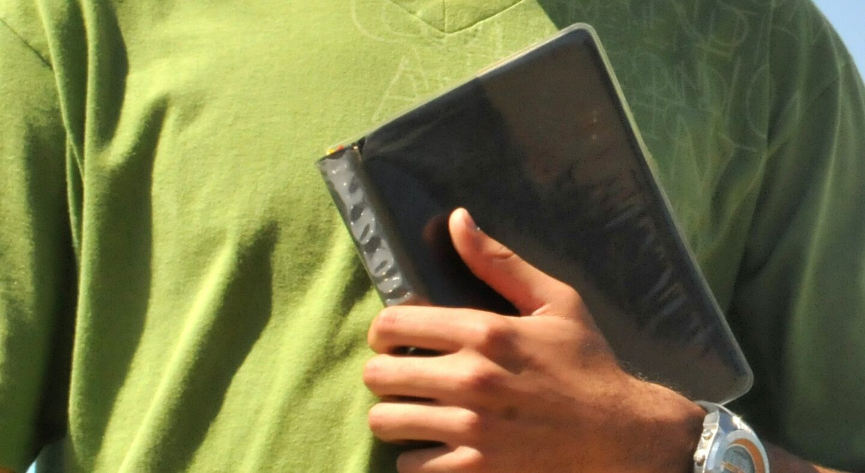 jovem segurando a bíblia
