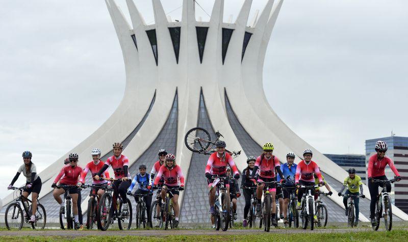 16/01/2016. Crédito: Gustavo Moreno/CB/D.A Press. Brasil. Brasília - DF. Brasília, capital do pedal. O Brasília Batom Bikers é o único grupo de ciclistas da capital organizado unicamente por mulheres. O grupo se reuniu na Catedral Metropolitana de Brasília.