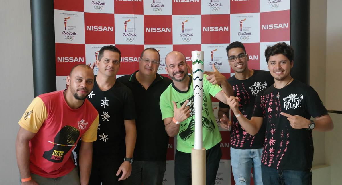 Grupo brasiliense Patubatê e a tocha olímpica.